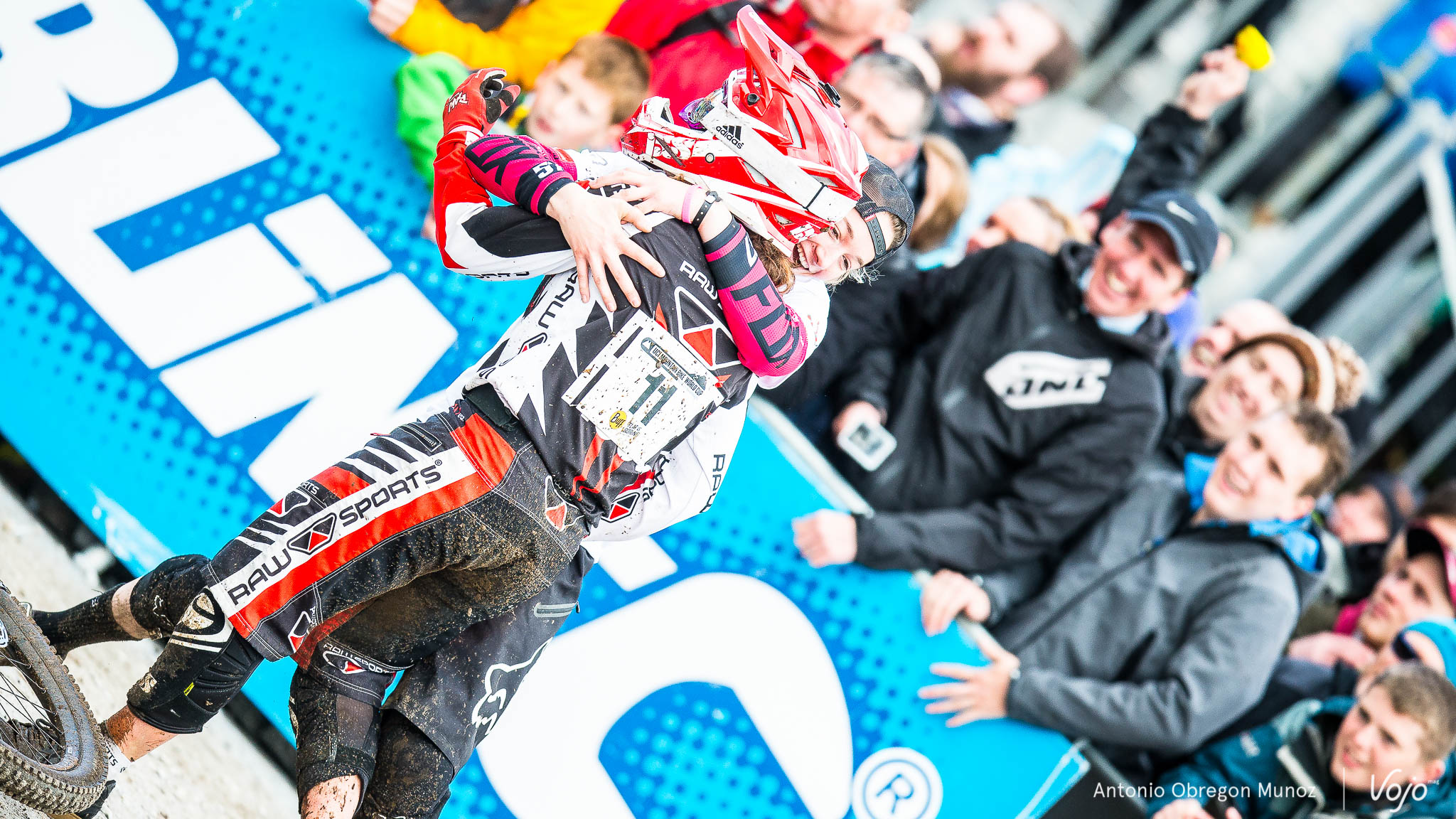 Fort_William_UCI_World_Cup_DH_2015_(finals_Femmes)_(TahneeSeagraves_KatyCurd)_Copyright_Antonio_Obregon_VojoMag-4