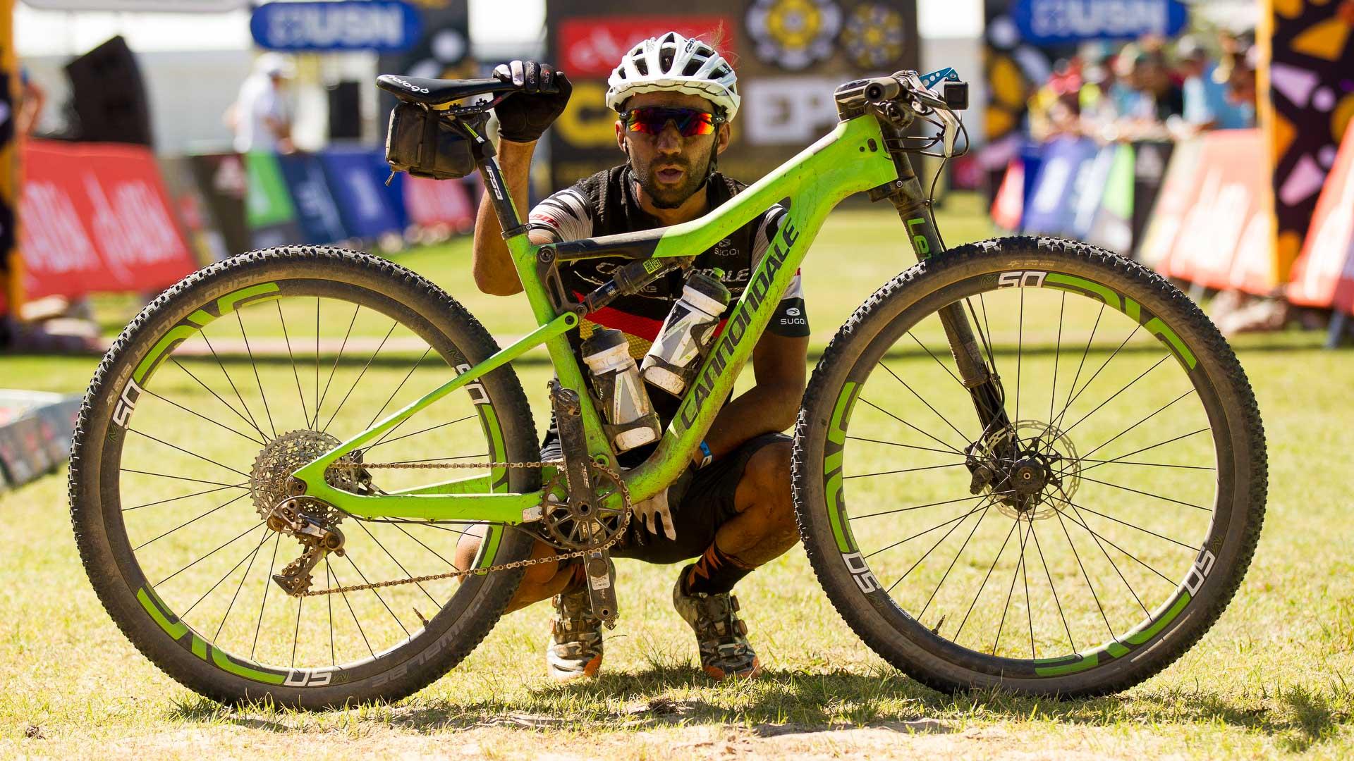 Manuel Fumic à l'arrivée du Cape Epic, où il a d'ailleurs gagné une étape. Photo : Gary Perkin/Cape Epic/SPORTZPICS