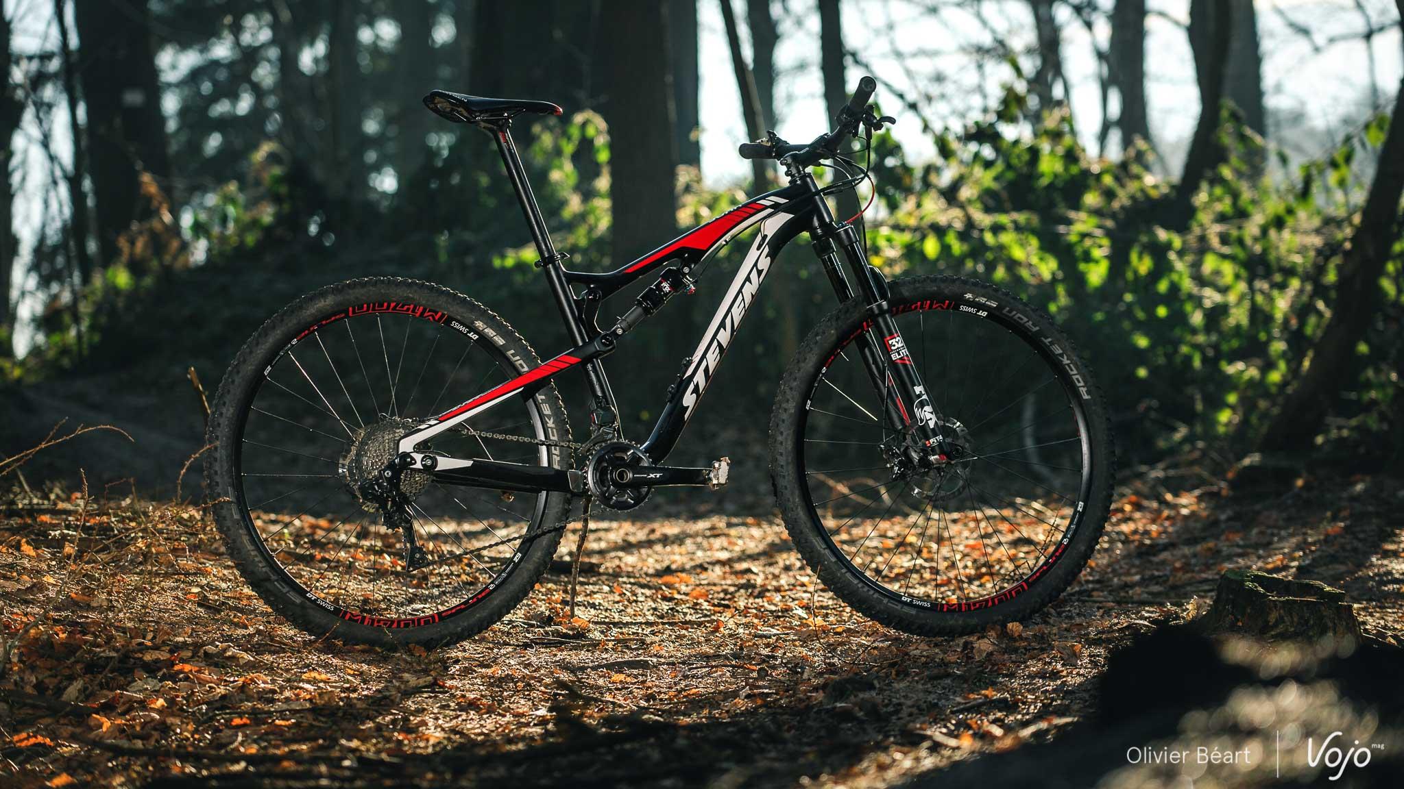 Le Stevens Jura Carbon ES Di2, équipé du groupe Shimano XT DI2 électronique, tel que testé par Vojomag.com
