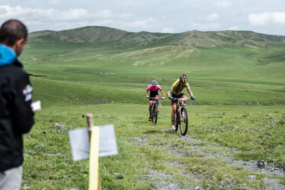nicolas et goss sur le gpm de la mongolia bike challenge 2017