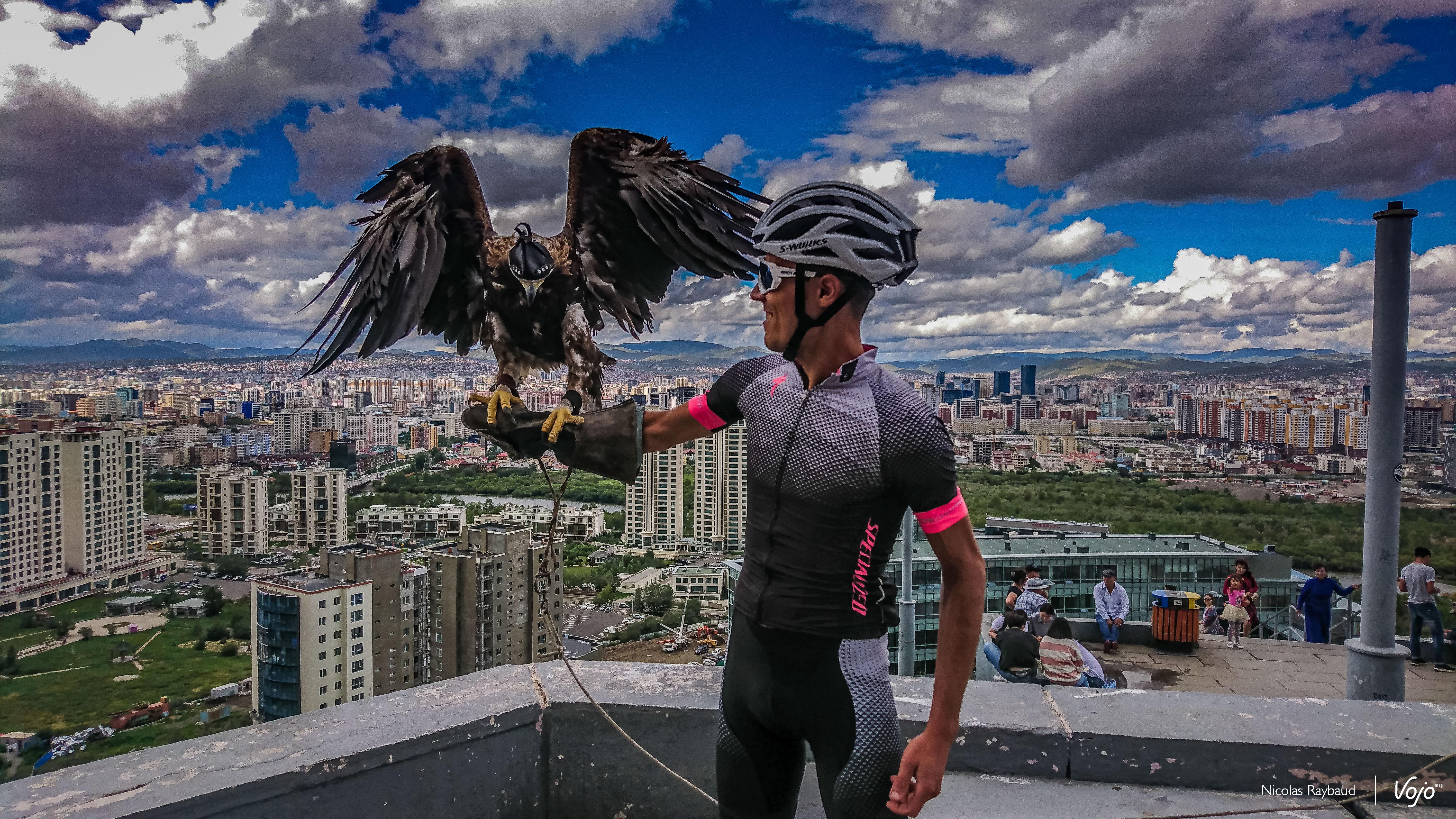 Nicolas Raybaud au sommet de la ville de Oulan Bator avec un aigle